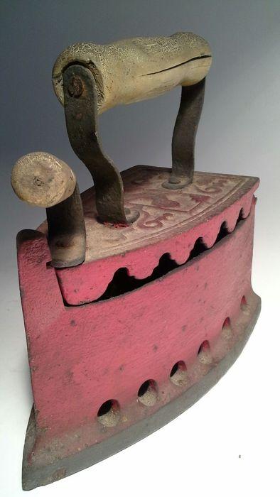 Ferro da stiro antico a carbone con manico in legno anni 50