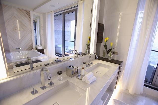 Come pulire le piastrelle del bagno in modo semplice e veloce